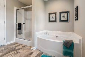 8c-Blueridge_Ranch_B28644_MBath-Tub-Shower_6511-1